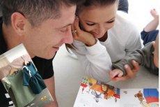Lewandowski i Ania czytają Klarze bajki.