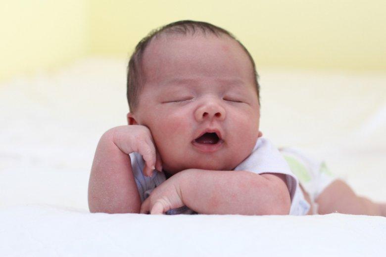 Czasem problemy ze snem u malucha mają prozaiczną przyczynę, którą da się usunąć prostymi i  wypróbowanymi sposobami