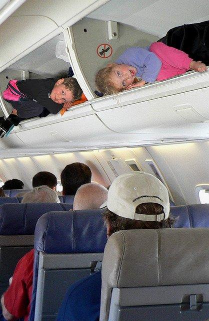 Opieka w czasie podróży dziecka samolotem na pewno przydaje się. Gdy jej brakuje, może dojść do nieprzewidzianych sytuacji.