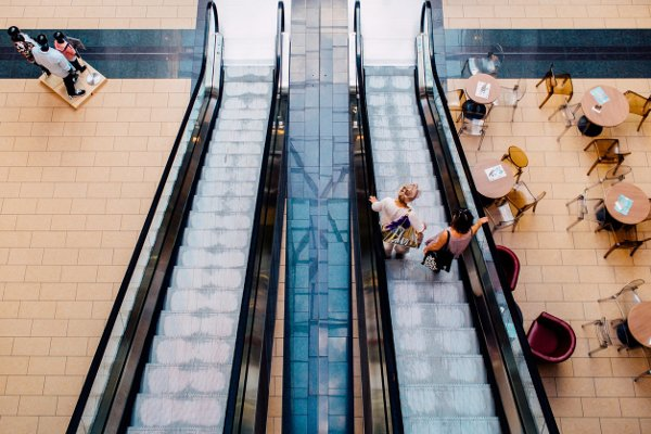 Fot. Pexels / [url=https://www.pexels.com/photo/stairs-people-mall-escalator-8430/]stock.tookapic.com[/url]/[url=https://www.pexels.com/photo-license/]CC0 License[/url]