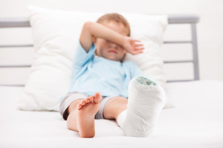 Jak udzielić pierwszej pomocy w sytuacji, gdy dziecko doznało takiego urazu kończyny górnej lub dolnej jak zwichnięcie czy złamanie?