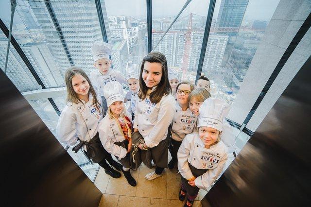 Uczestnicy konkursu Maly Szef Kuchni w drodze do apartamentu prezydenckiego Hotelu Westin.