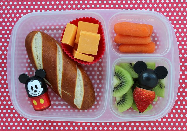 Aby zachęcić dziecko do jedzenia, można pozwolić mu pomagać w przygotowaniu posiłku