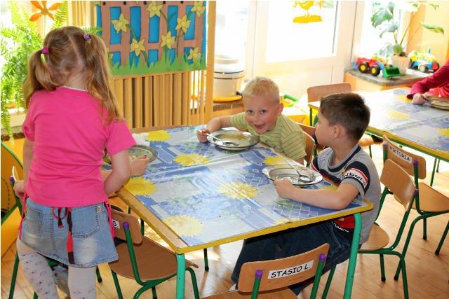 Coraz więcej dzieci w przedszkolach korzysta z programów dożywiania