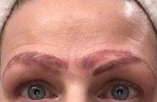 Linergistka obala mit o makijażu permanentnym brwi