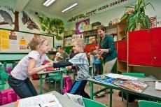 Większość sześciolatków, które poszły do szkoły wcześniej, zostało w pierwszej klasie.