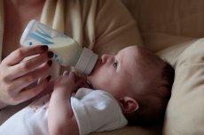W jakiej pozycji karmić dziecko butelką?