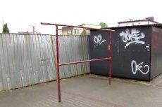 To właśnie metalowe ogrodzenie jest jedną z przyczyn konfliktu