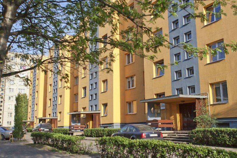 Zarządca bloku w Krakowie ściga dzieci, które porysowały chodnik kredą!