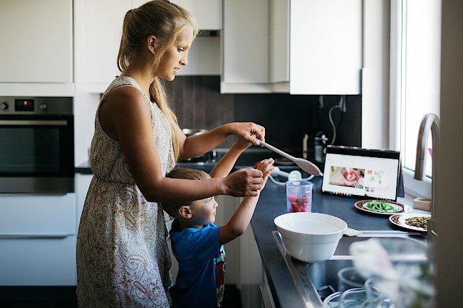Wspólne gotowanie z dzieckiem daje nam dużo radości.