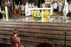 Aktywistka zdjęła bluzkę podczas mszy w czeskiej katedrze