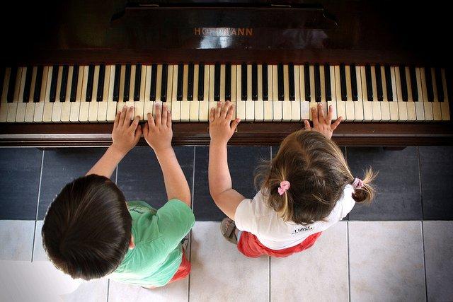 Najnowsze badania naukowe potwierdzają, że kontakt dzieci z muzyką rozwija ich kompetencje językowe oraz umiejętność czytania.