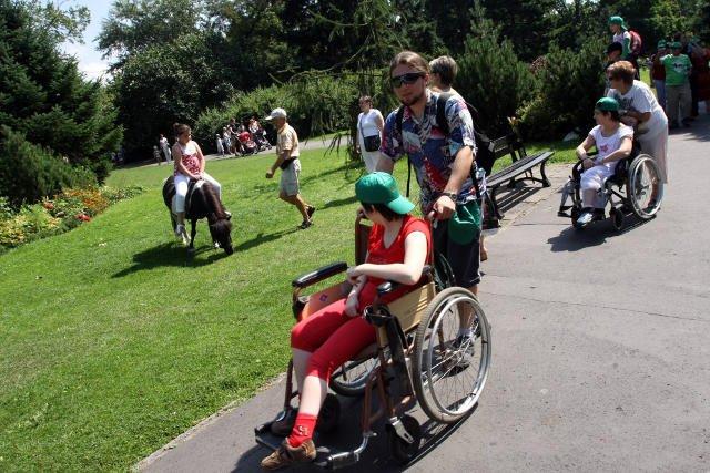 W Lublinie niepełnosprawne dzieci będą mogły korzystac z placu zabaw tak jak inne.