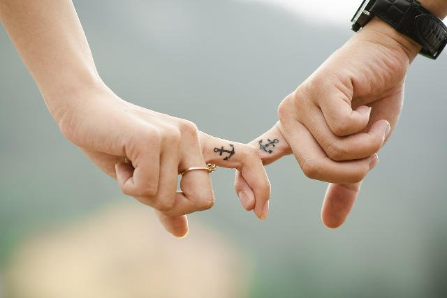 Fot. Pixabay / [url=http://pixabay.com/en/hands-love-couple-together-fingers-437968/]Takmeomeo[/url] / [url=http://pixabay.com/en/service/terms/#download_terms]CC0 Public Domain[/url]