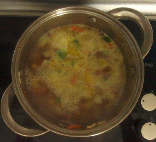 zalewamy rosołem (w ilości zależnej od tego jaki poziom gęstości zupy odpowiada nam najbardziej), doprowadzamy do wrzenia i gotujemy do miękkości. Pod koniec przyprawiamy chilli, sproszkowanym imbirem i czosnkiem.