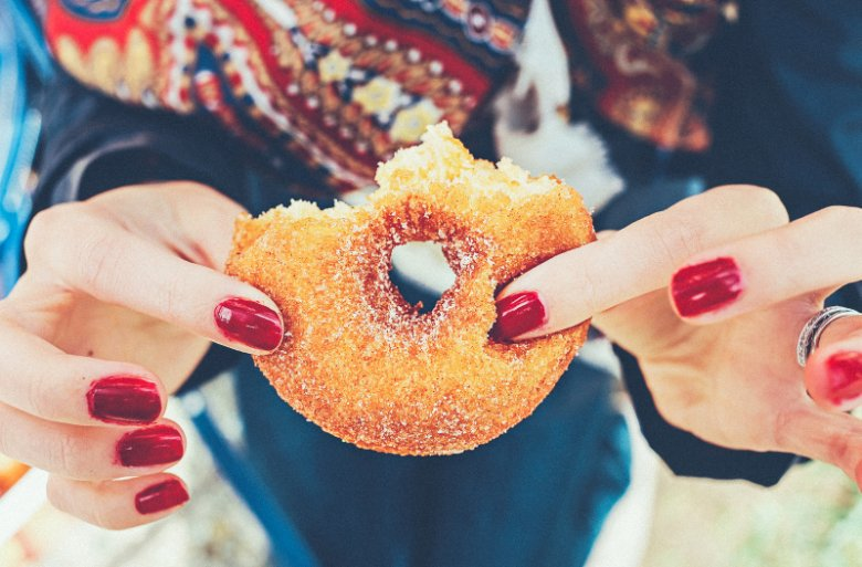 Cukier czai się nie tylko w słodyczach. Puszka coli może zawierać go więcej niż ciastko