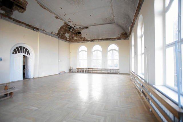 Sala gimnastyczna w jednej ze szkół w Gdańsku. Zajęć wf w niej nie prowadzi się już od 11 lat, bo jej stan techniczny stanowi zagrożenie dla uczniów