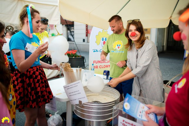 """Grażyna Wolszczak i wolontariusze Fundacji """"Dr Clown"""""""