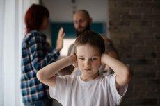 Warto powstrzymać negatywne emocje w obecności dziecka.