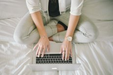 Fot. Flickr / [url=https://www.pexels.com/photo/fashion-legs-notebook-working-5279/]stokpic.com[/url] / [url=https://www.pexels.com/photo-license/]CC0[/url]
