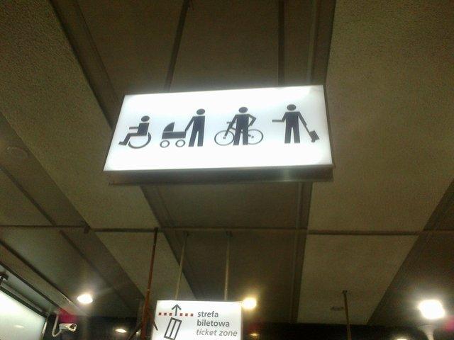 Oznaczenie, kto może korzystać z wind na stacjach II linii metra jest bardzo wyraźne.