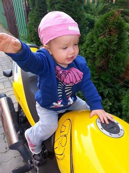 Takie obrazki często można zobaczyć wśród zdjęć, które kolekcjonują MotoMamusie. Ich córki też moga pokochać motocykle.
