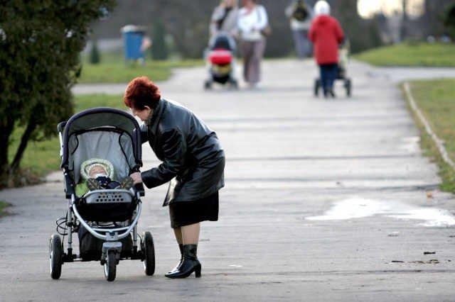 MOPS odebrał zasiłek babci, gdy ta przejęła opiekę nad porzuconą przez rodziców wnuczką. (zdjęcie ilustrujące)