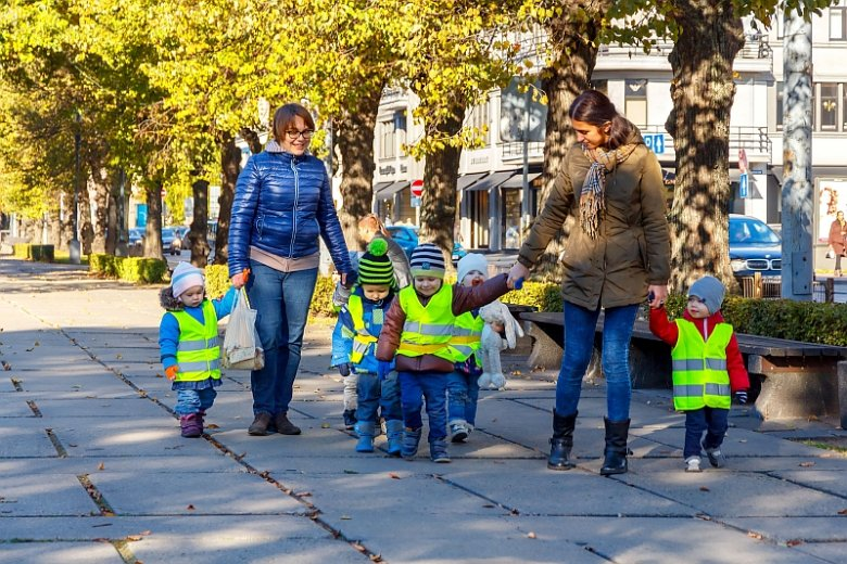 Kamizelki odblaskowe uchodzą za jeden z najprostszych sposobów zwiększenia bezpieczeństwa najmłodszych na drogach