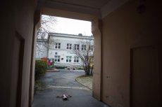 Do Przedszkola nr 16 w centrum Warszawy wchodzi się przez bramę kamienicy.