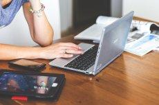 Fot. kaboompics/ [url= https://pixabay.com/pl/technologia-laptop-klawiatura-791029/]Pixabay [/url] / [url= https://pixabay.com/pl/service/terms/#usage]CC0 Public Domain[/url] Praca bywa wygodnym wytłumaczeniem i sposobem na ucieczkę od problemów.