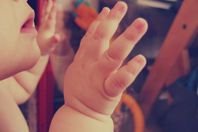 Fot. Pixabay / [url=https://pixabay.com/en/baby-child-hands-mouth-people-923480/]StockSnap[/url] / [url=https://pixabay.com/en/service/terms/#usage]CC0 Public Domain[/url]