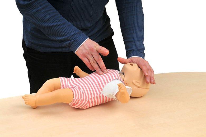 Resuscytacja krążeniowo-oddechowa (RKO) polega na szybkich i mocnych uciśnięciach klatki piersiowej wykonywanych naprzemiennie z oddechami ratowniczymi.