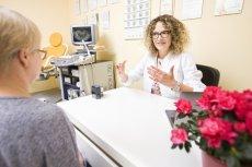 Lek. med. Marta Mączka namawia pacjentki do wykonywania badań cytologicznych. Regularnie wykonywana może uratować nam zdrowie i życie