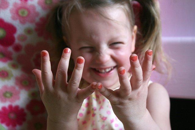 Małe dziewczynki chcą być jak dorośli. Czy można uszczęśliwić dziecko lakierem do paznokci?