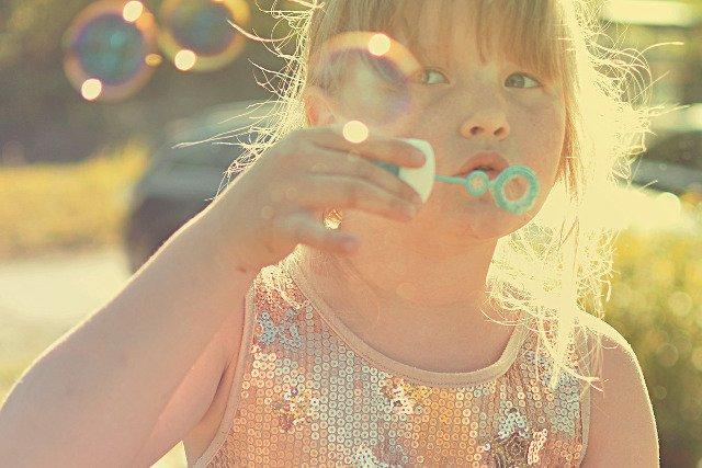 Fot. [url=https://pixabay.com/pl/dziewczyna-ba%C5%84ki-mydlane-lato-714182/]milli_lu[/url] / [url=https://pixabay.com/service/terms/#usage]CC0 Public Domai[/url]