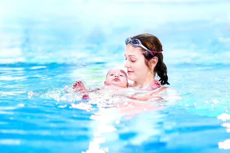 Nauka pływania dla niemowląt.