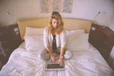 Fot. Pixabay / [url=https://pixabay.com/pl/kobieta-praca-%C5%82%C3%B3%C5%BCko-laptop-731894/]stokpic[/url] / [url=https://pixabay.com/pl/service/terms/#usage]CC0 Public Domain[/url]