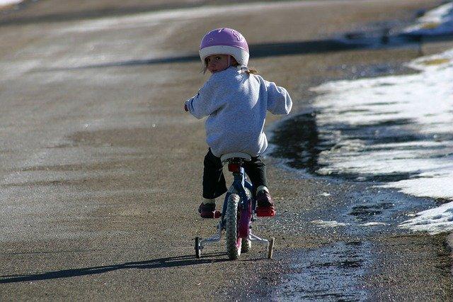 Fot. Pixabay/[url=https://pixabay.com/pl/rower-dziewczyna-rowerowych-dziecko-14863/]PublicDomainPictures[/url] / [url=http://bit.ly/CC0-PD]CC0 Public Domain[/url]