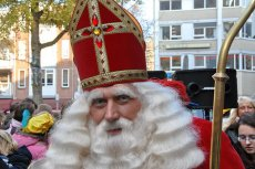 Na ulicach coraz rzadziej spotyka się Mikołaja w tradycyjnym stroju biskupa.