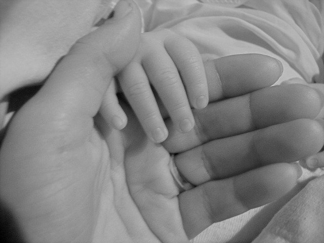 Fot. Pixabay / [url=http://pixabay.com/en/mother-baby-hands-birth-love-15522/]PublicDomainPictures[/url] / [url=http://pixabay.com/en/service/terms/#download_terms]CC0 Public Domain[/url]