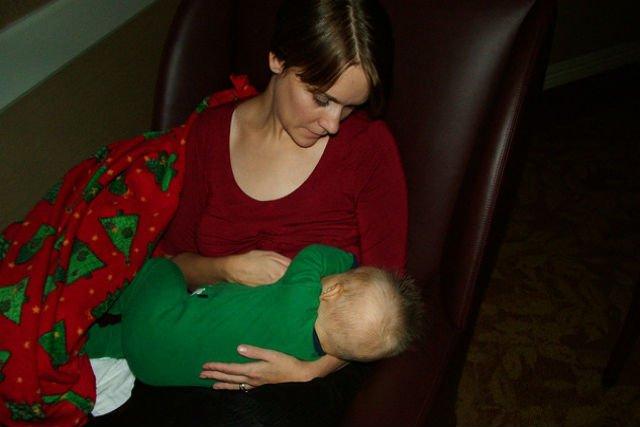 Nocne karmienie piersią uczy pozwala dziecku dłużej i spokojniej spać.