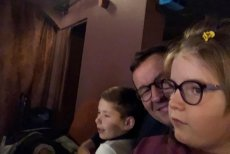 Premier Mateusz Morawiecki w Teatrze z dziećmi na mikołajkowym spektaklu