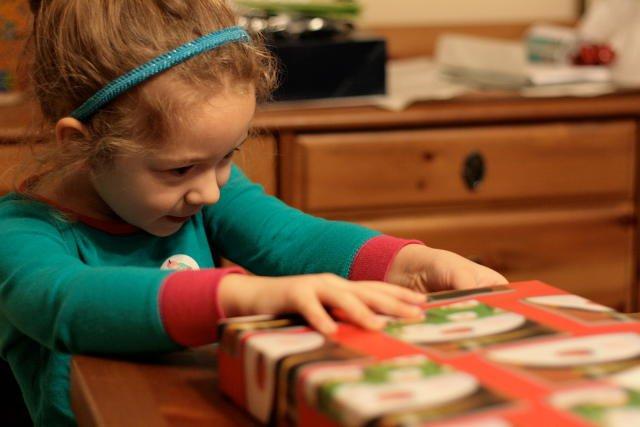 Dzieci impulsywne, czyli działające szybko i bez zastanowienia, muszą włożyć więcej wysiłku i koncentracji w powstrzymywanie się od pokus.