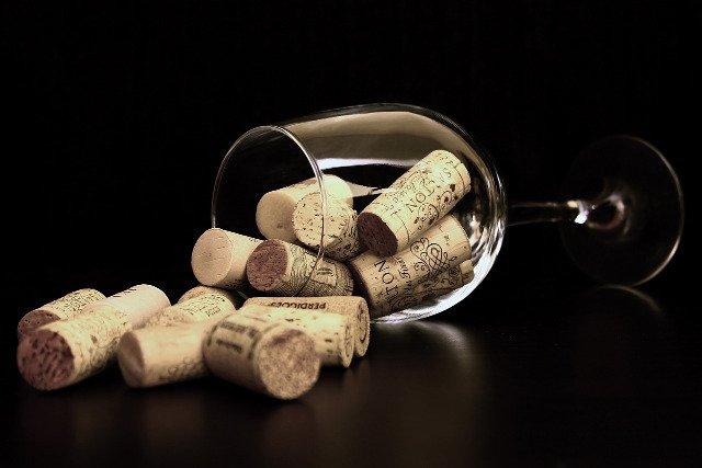 Fot. Pixabay / [url=http://pixabay.com/en/cork-bowls-wine-glass-of-wine-738603/]Gadini[/url] / [url=http://pixabay.com/en/service/terms/#download_terms]CC0 Public Domain[/url]