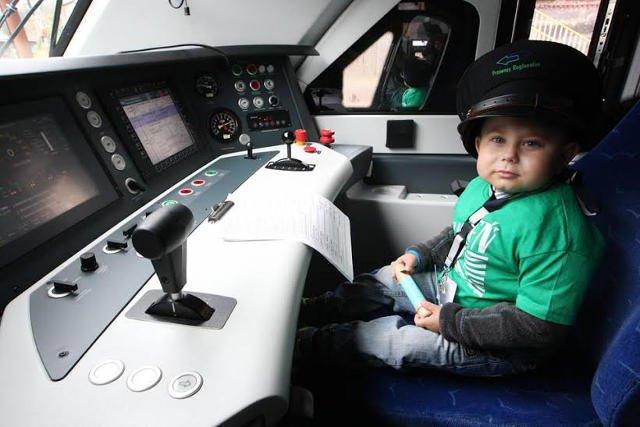 6-letni Oskar sprawnie radził sobie za sterami pociągu.