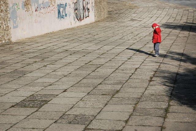 Fot. Pixabay / [url=https://pixabay.com/pl/samotny-ch%C5%82opiec-dziecko-czerwony-428380/]jarmoluk[/url] / [url=https://pixabay.com/pl/service/terms/#usage]CC0 Public Domain[/url]