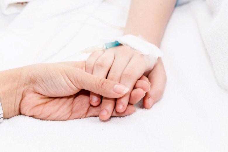 Walkę o szpitalne łóżko dla rodzica może rozwiązać ubezpieczyciel. Coraz więcej towarzystw ubezpieczeniowych oferuje rodzicom sfinansowanie noclegu w szpitalu, w którym hospitalizowane jest ich dziecko