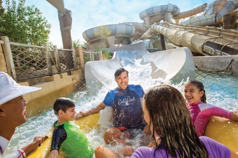 W sezonie letnim w Dubaju, co może wydawać się zaskakujące turystom z Europy, liczne obiekty takie jak parki wodne oferują turystom zniżki na swoje usługi rozrywkowe