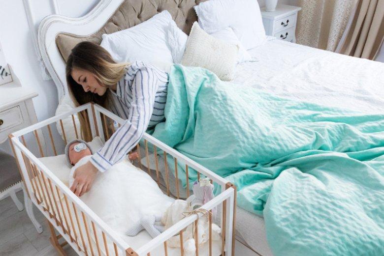 Kołyskę wertykalną Dreamer można ustawić przy łóżku, tak aby łatwo bujać dziecko w nocy bez konieczności wstawania