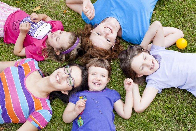 Fot. Magdalena Trebert/ Joanna i Agnieszka z dziećmi. Bo można być mamą szczęśliwą i pracującą